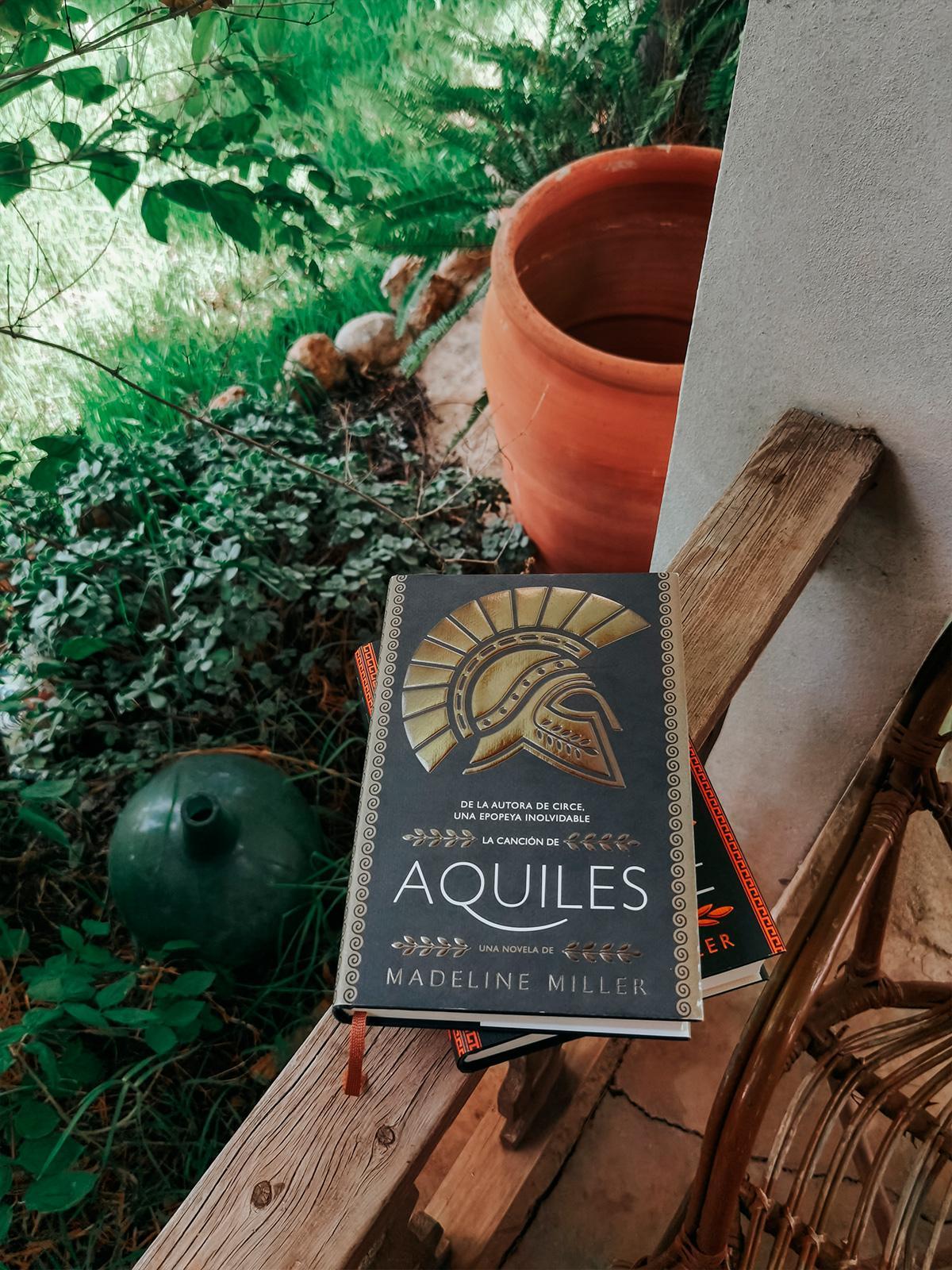 La canción de Aquiles, fotografía del libro en una terraza