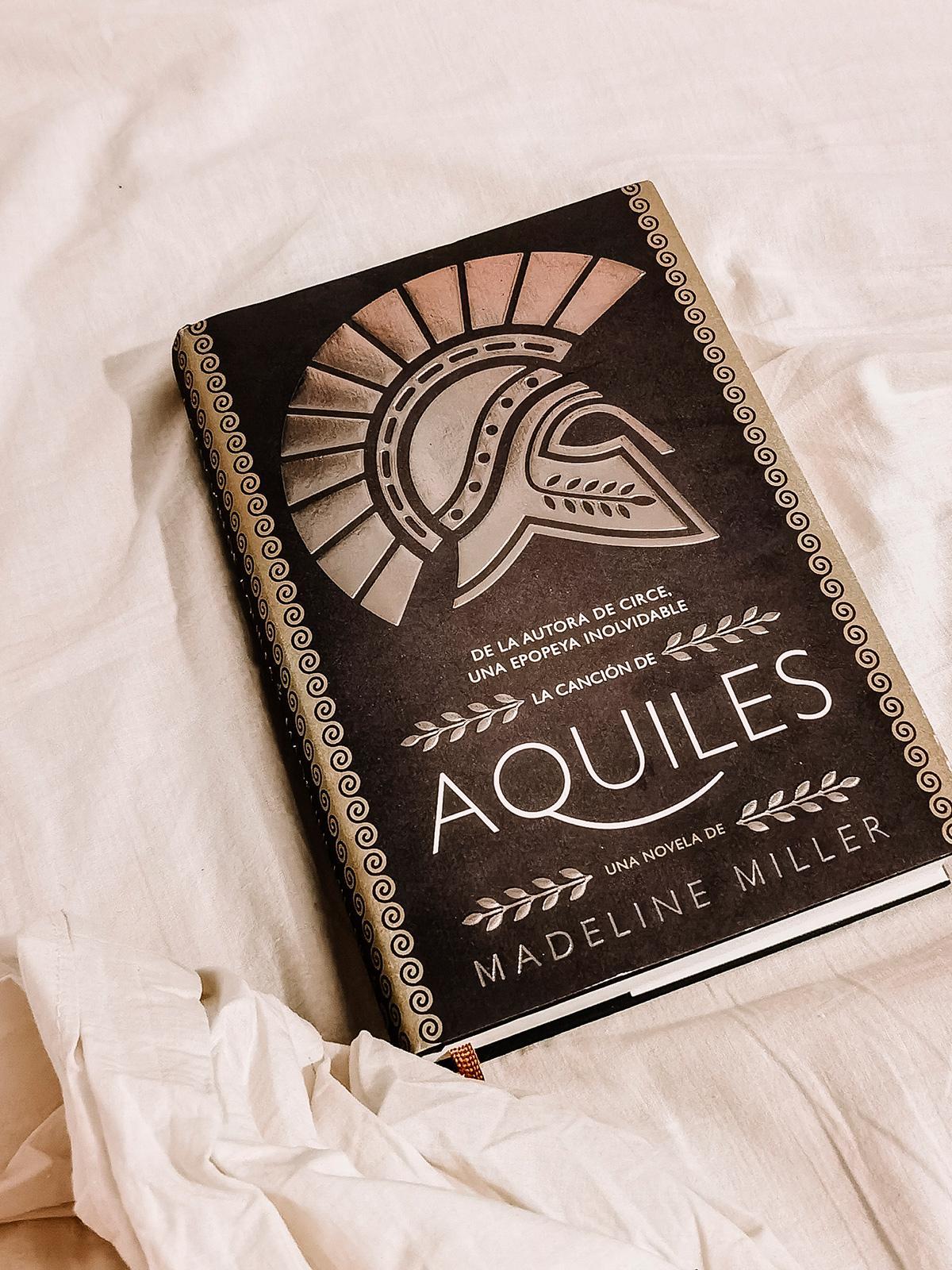 Captura de La canción de Aquiles sobre la cama.